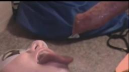 Пышнотелая зрелка отсасывает собаке и выпускает слюни оральный порнозоо секс